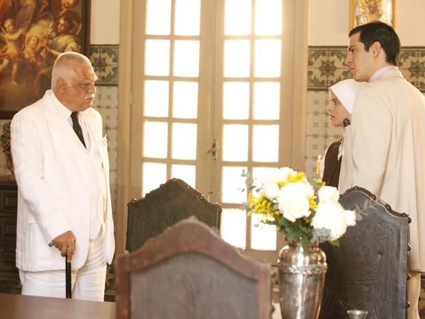 Ramiro aprece para imperdir que Gerusa fuja com Mundinho (Foto: Gabriela/TV Globo)