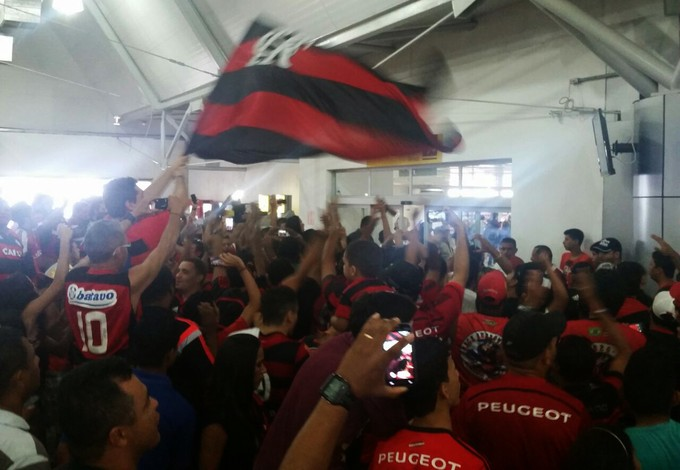 Torcida do Flamengo lotou dependencias do Aeroporto Marechal Hugo da Cunha Machado (Foto: Bruno Alves)