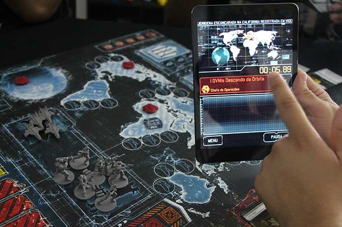 O app de XCOM simula totalmente a tensão do jogo (Foto: Felipe Vinha)