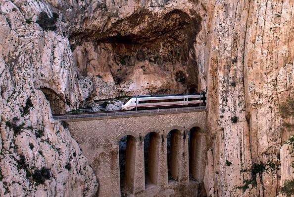 É possível avistar o trem da ferrovia que corta o desfiladeiro - e cujos trilhos hoje passam um moderno trem (Foto: Getty Images)