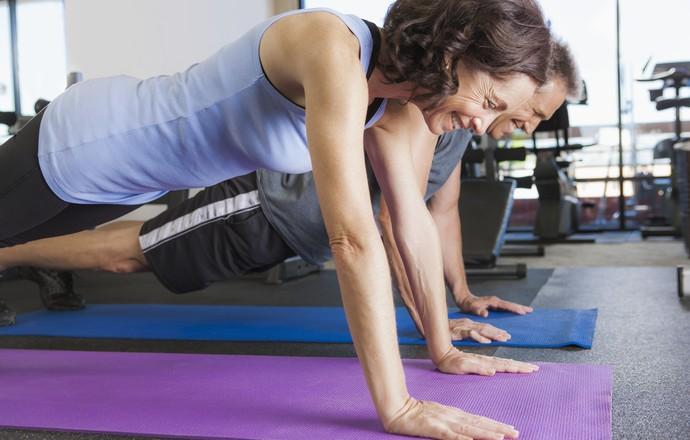 Homem e mulher fazendo exercício funcional prancha euatleta (Foto: Getty Images)