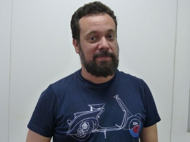 O ator, que desfila pelos bastidores com sua camiseta de motocicleta (Foto: Malhação / Tv Globo)