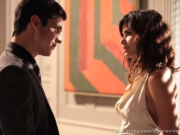 Félix percebe a movimentação da secretária de seu pai, César (Foto: Amor à Vida / TV Globo)