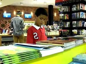 Pais estimulam leitura  (Foto: Reprodução/TV Gazeta)