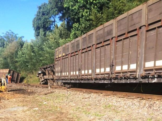 9ac9391a0 G1 - Três vagões de trem carregados de carvão descarrilam no Sul de ...