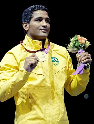Yamaguchi Falc&#227;o com a medalha de bronze no boxe (Foto: AP)