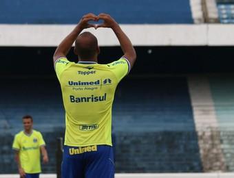 Após oito gols de falta no treino, Fellipe Bastos comemora com coraçãozinho (Foto: Diego Guichard/GloboEsporte.com)
