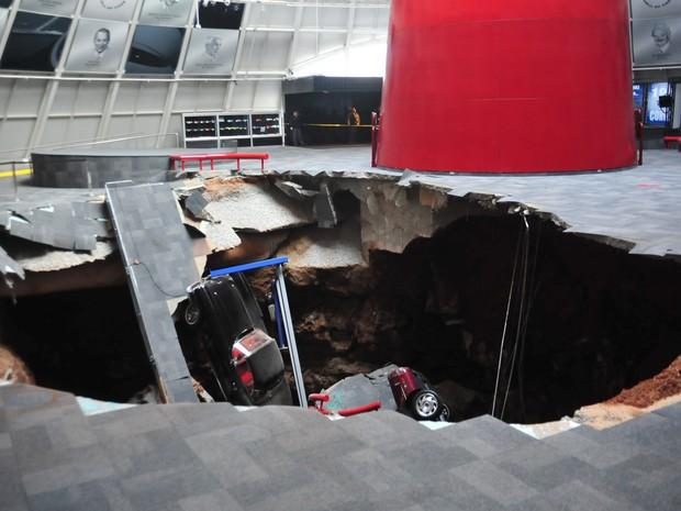 O National Corvette Museum divulgou uma foto que mostra um buraco que engoliu oito carros no museu em Kentucky. (Foto: National Corvette Museum/Reuters)