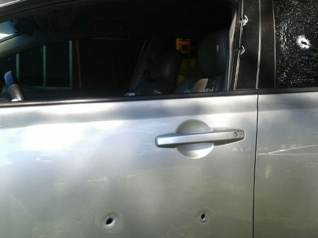 Carro também levou tiros (Foto: Valdinei Oliveira/RPC TV)