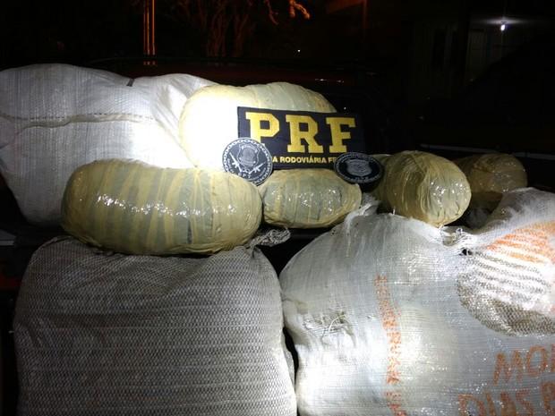 Material foi levado para delegacia de Bezerros  (Foto: Divulgação/PRF)