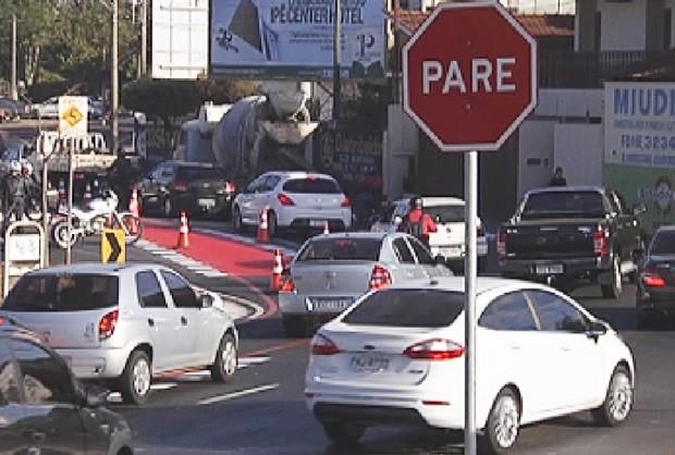 Pintura de ciclofaixa congestionou trânsito (Foto: Reprodução / TV TEM)