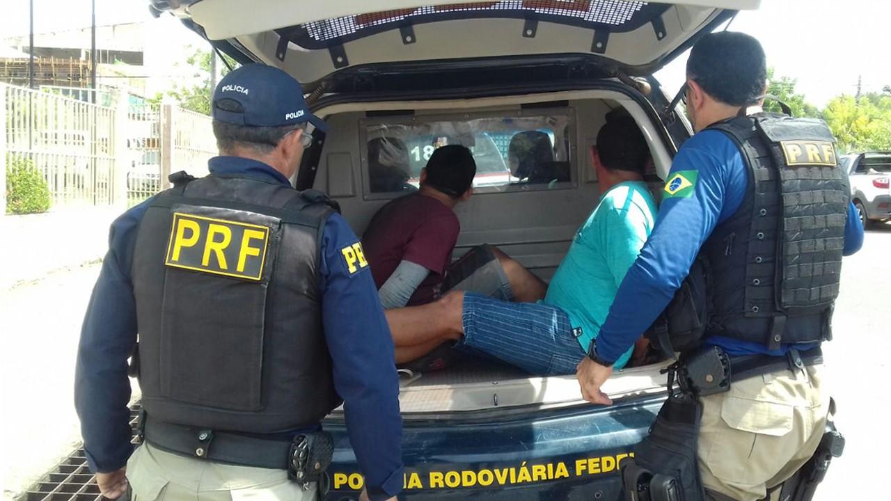 Dupla foi encaminhados para a 16ª Seccional de Polícia Civil, para prestar depoimento (Foto: Divulgação/PRF)