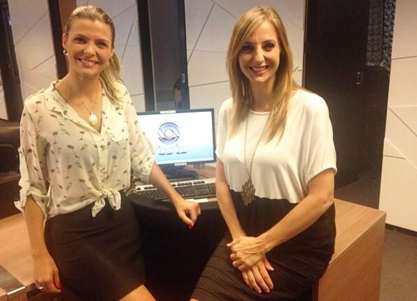 Mariana Paniz e Adriana Krauss na redação da RBS TV  (Foto: RBS TV/Divulgação)