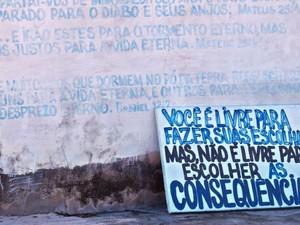 Igreja evangélica coloca placa com mensagem de que gays devem ser mortos (Foto: Ministério Público)
