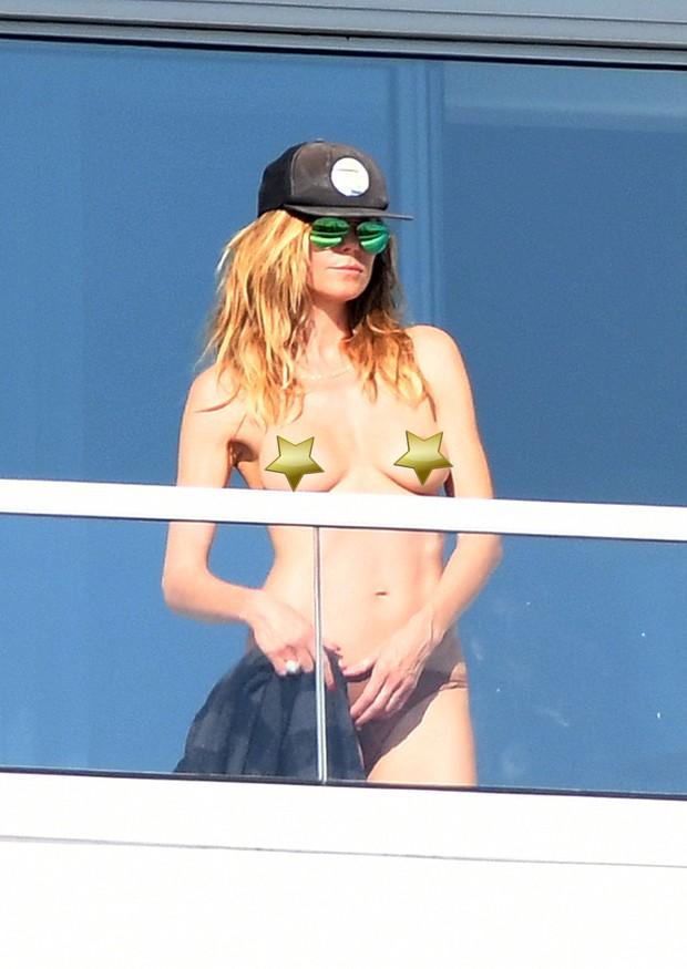 Heidi Klum faz topless em Miami (Foto: Grosby Group)