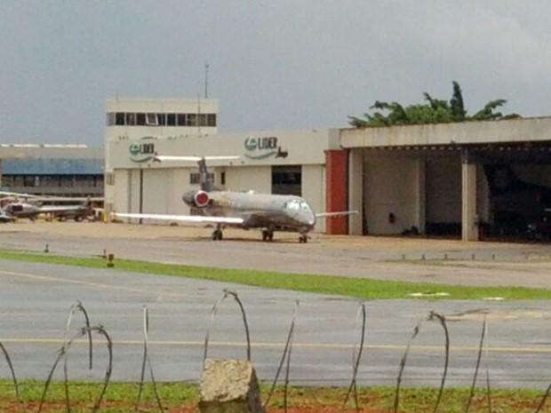Avião da Polícia Federal usado para transportar os presos na Operação Lava Jato de Brasília para o Paraná (Foto: Hélio Marinho/TV Globo)