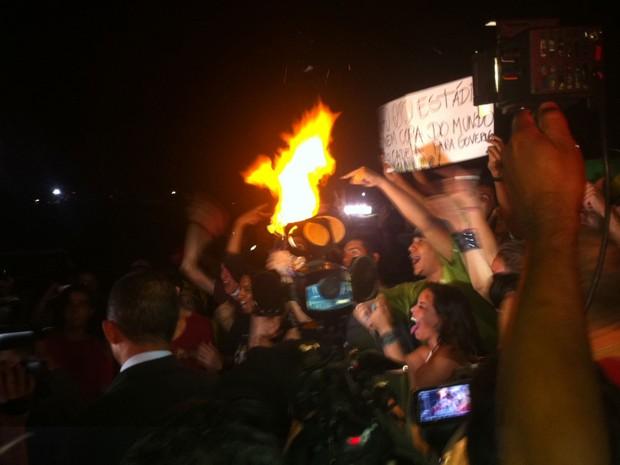 """Alguns manifestantes invadiram o espelho d'água do Congresso Nacional, em Brasília, gritando palavras de ordem como """"Fora Feliciano"""", """"Não, não me representa"""", """"Esse Congresso é a vergonha do Brasil"""" e """"Sou brasileiro, com muito orgulho, com muito amor"""". (Foto: Fabiano Costa/G1)"""