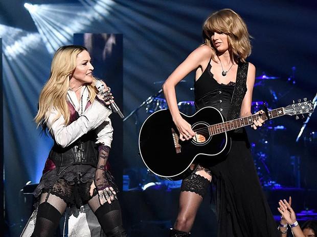 Taylor Swift toca violão para Madonna arrebentar com 'Ghosttown' (Foto: Reprodução)