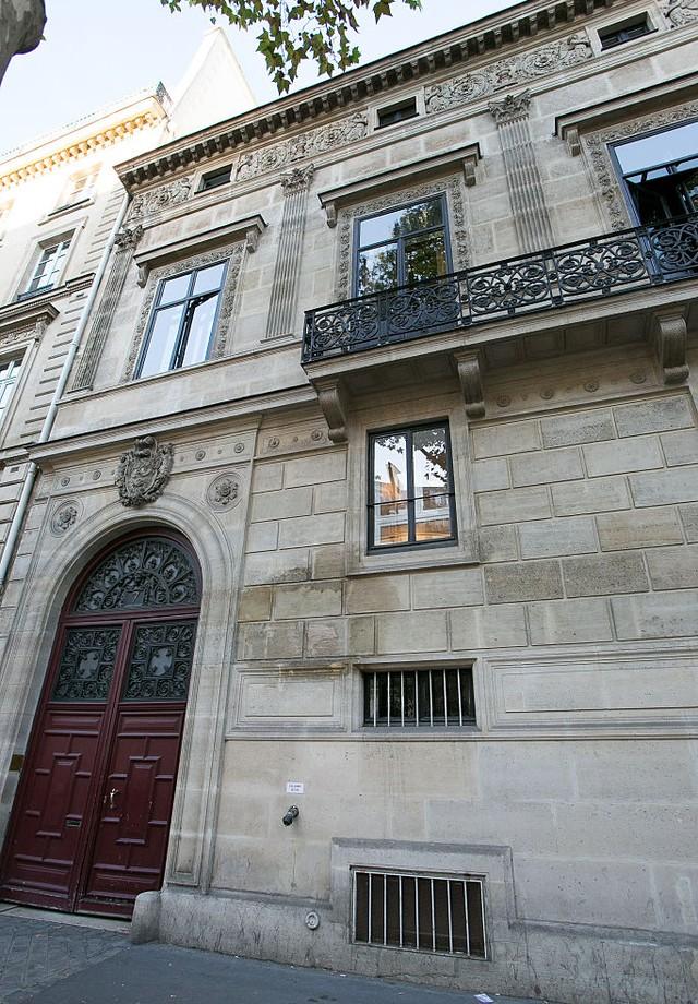 A fachada do apartamento de luxo que Kim se hospedava em Paris (Foto: Getty)