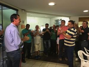 Apoiadores do candidato do PV aplaudiram Raul após o resultado que elegeu Gazzetta em Bauru (Foto: Micheli Rosa/TV TEM)