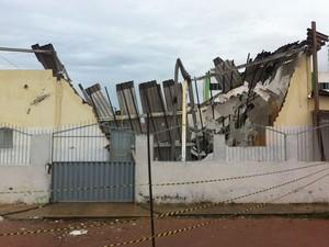 Teto e lateral da igreja desabaram na noite de sábado (Foto: Matheus Magalhães/G1)