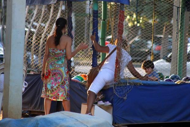 Claudia Mauro com os filhos (Foto: JC Pereira / AgNews)