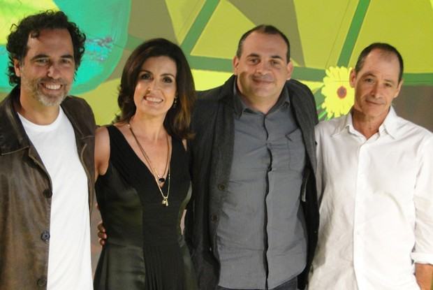 Mauricio Farias, Fátima Bernardes, Fabrício Manberti e Guel Arraes posam para foto no cenário do programa (Foto: Divulgação/ TV Globo)