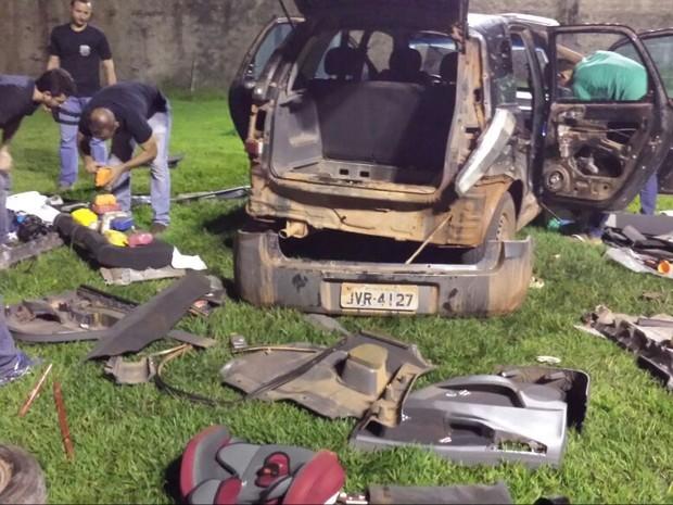 Carro foi desmontado para que agentes achassem a droga. (Foto: Divulgação/Polícia Federal)