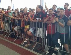 Torcida do Flamengo aguardando o desembarque dos jogadores em Vitória (Foto: Luciana Castro/Gazeta Esportes)