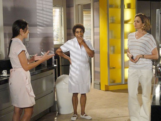 Brunessa vira e Sônia percebe que não é Cida (Foto: Cheias de Charme / TV Globo)