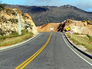 Estrada para Rio de Contas é rodeada de montanhas (Foto: Manu Dias/GOVBA)