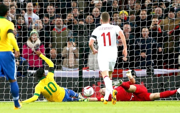 Ronaldinho perde pênalti contra a Inglaterra no amistoso do Brasil (Foto: Reuters)