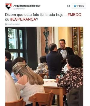 Marco Aurélio Cunha (de costas) encontra Vanderlei Luxemburgo em restaurante (Foto: reprodução / Twitter)
