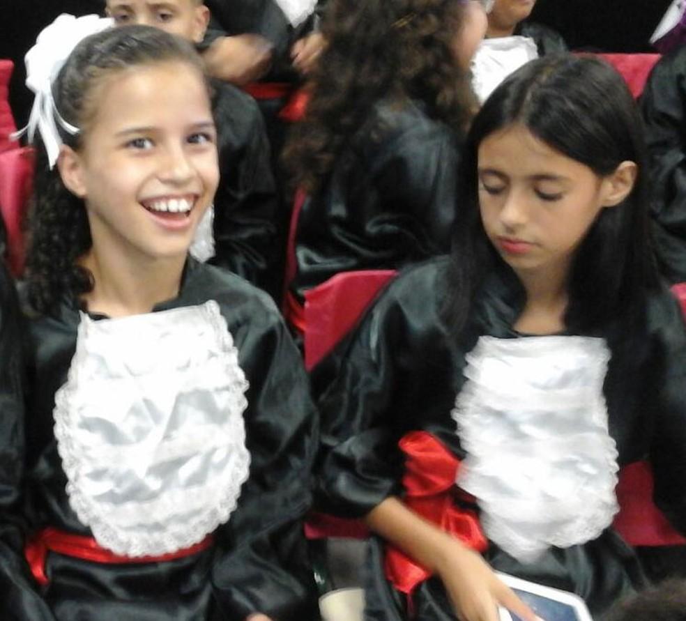 Yasmin está no sexto ano. Na foto, ela e Mariana comemoram a colação de grau do ensino fundamental I.  (Foto: Arquivo pessoal)