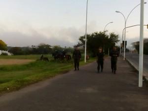 Militares começam a chegar ao local do desfile em Porto Alegre (Foto: Dayanne Rodrigues/RBS TV)