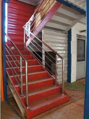 Para a escada, arquitetos utilizaram um dos contêineres em pé; projeto também garante acessibilidade (Foto: Fabiula Wurmeister / G1)