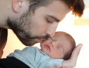 Gerard Piqué com o filho, Milan (Foto: Reprodução)