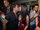 Zezé Di Camargo e Graciele Lacerda se beijam em bastidores de show
