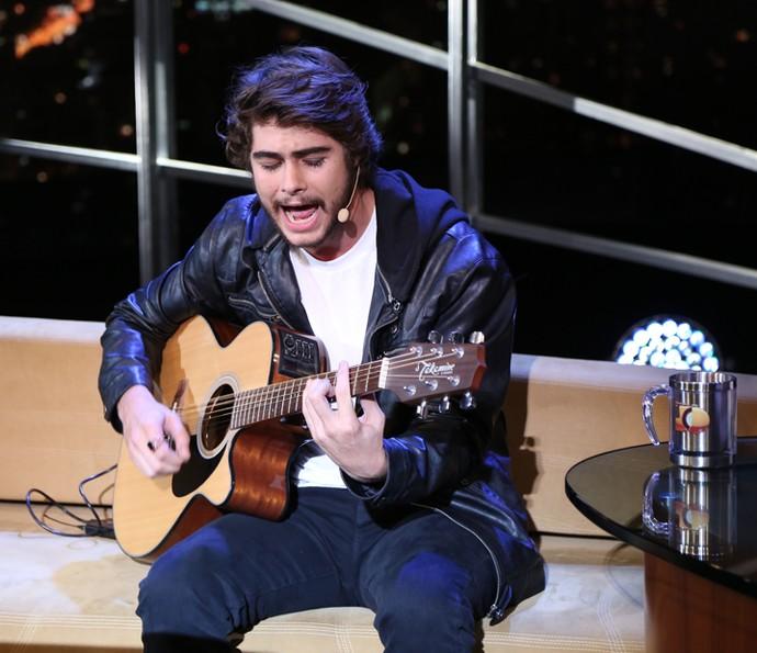 Rafael Vitti canta uma música no Programa do Jô (Foto: Carol Caminha/Gshow)
