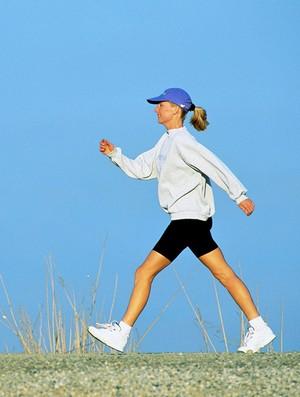 euatleta materia mulher caminhando (Foto: Editoria de Arte / GLOBOESPORTE.COM)