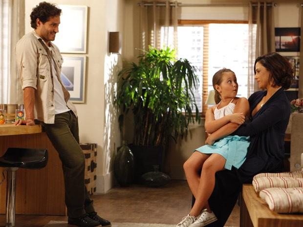 Ciça fica muito animada com a presença de Manoela, e Fábio fica feliz (Foto: Guerra dos Sexos / TV Globo)
