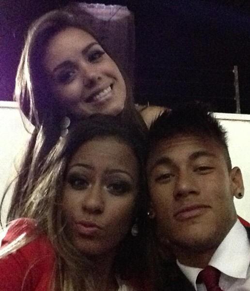 Neymar posa com duas mulheres em evento do Brasileirão (Foto: Reprodução / Instagram)