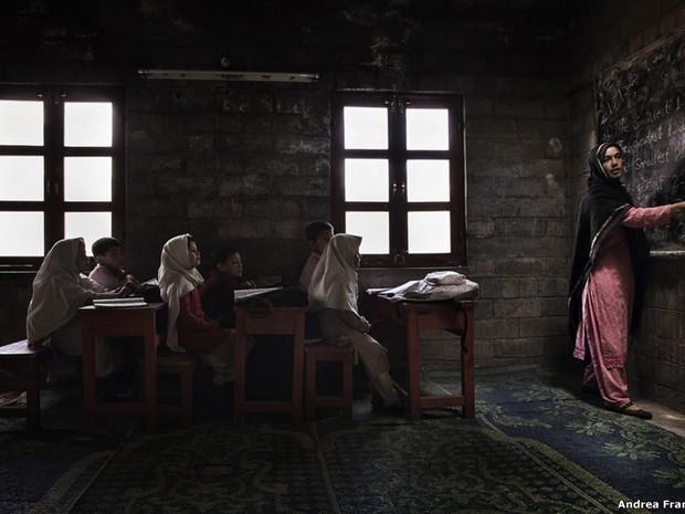 """A categoria """" Spirit of Travel"""" foi vencida por Andrea Francolini por uma foto de crianças em uma escola no norte do Paquistão. O vencedor geral, que será selecionado entre os ganhadores de categorias, será anunciado em Londres no dia 13 de fevereiro. (Foto: Andrea Francolini)"""