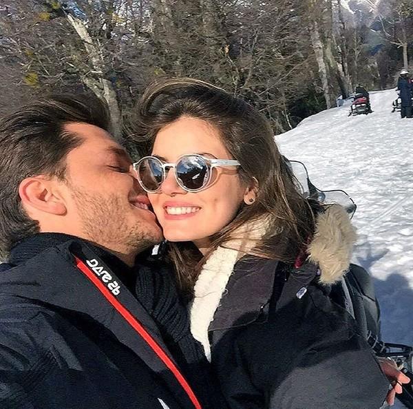 Camila Queiroz e Klebber Toledo posam juntos na neve em Bariloche