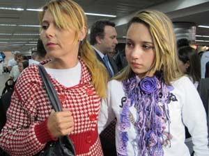Adolescente foi recebida pela mãe ao chegar em Cumbica  (Foto: Letícia Macedo/G1)