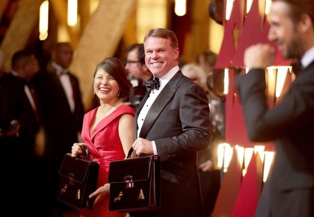 Brian Cullinan e Martha Ruiz, responsáveis da PwC por entregar os envelopes aos apresentadores do Oscar (Foto: Christopher Polk)