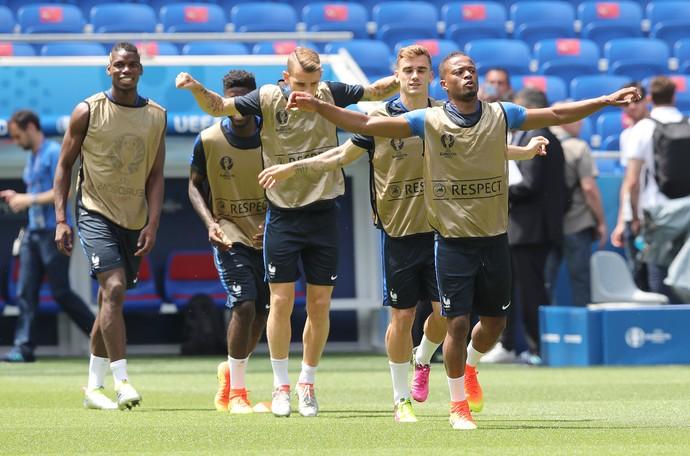 Pogba, com Digne, Griezmann e Evra no treino da França (Foto: AP/Claude Paris)