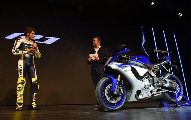 Valentino Rossi revelou a nova geração da Yamaha YZF-R1 nesta segunda-feira (3), na Itália (Foto: Divulgação)