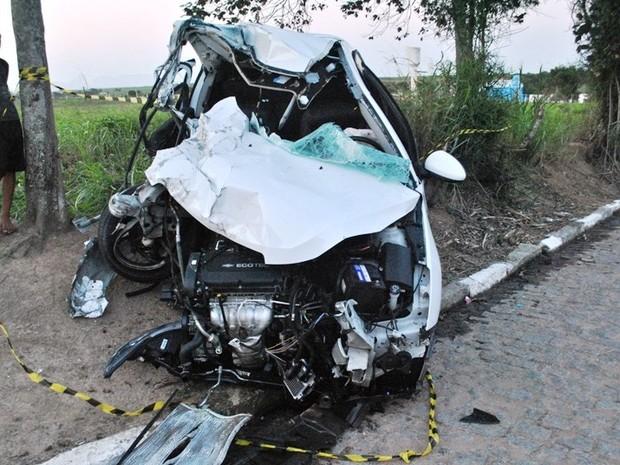 Durante a colisão, carro rodou na pista e saiu para fora da rodovia  (Foto: Filipe Lemos/Campos 24 horas)