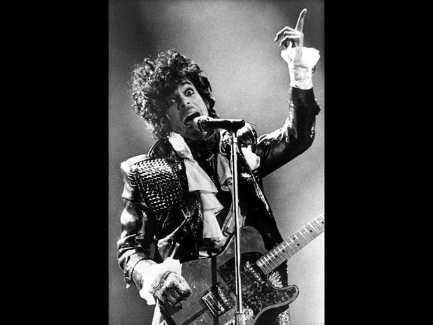 O cantor Prince se apresenta em show da turnê Purple Rain em Cicinnati, Ohio, nos EUA, em foto de janeiro 1985 (Foto: Rob Burns/AP/Arquivo)